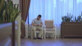 Mensenzitting op een stoel en het werken aan Internet stock footage