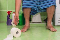 Mensenzitting op een toilet in een familiehuis Buik pijn diarree Stock Fotografie