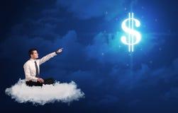 Mensenzitting op een wolk die van geld dromen Royalty-vrije Stock Foto's