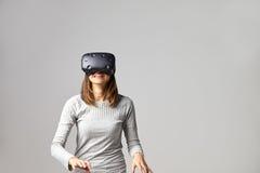 Mensenzitting op Sofa At Home Wearing Virtual-Werkelijkheidshoofdtelefoon stock afbeeldingen