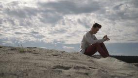 Mensenzitting op strand stock footage