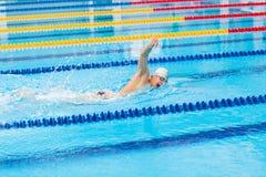Mensenzwemmer het zwemmen kruipt in blauw water royalty-vrije stock afbeeldingen
