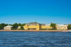 Menshikov宫殿,从英国堤防的看法 Staint彼得斯堡 免版税图库摄影