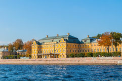 Menshikov Palace王子内娃河的堤防的在圣彼得堡,俄罗斯 免版税库存图片