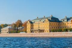 Menshikov Palace王子内娃河的堤防的在圣彼得堡,晴朗的天气的俄罗斯 免版税库存图片