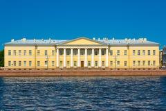 Menshikov slott, sikten från engelsk invallning Staint Petersburg royaltyfria foton
