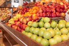 Mensola con la frutta fotografia stock