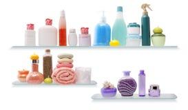 Mensola con le estetiche in una stanza da bagno Fotografia Stock