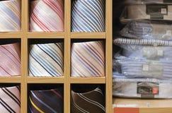 Mensola con usura degli uomini in negozio Fotografie Stock Libere da Diritti