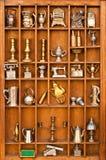 Mensola degli oggetti d'antiquariato nel modo di ritratto Fotografia Stock Libera da Diritti