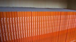 Mensola dei libri di fisica Immagine Stock Libera da Diritti