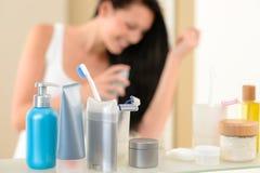 Mensola della stanza da bagno con i prodotti di igiene e di bellezza Fotografia Stock