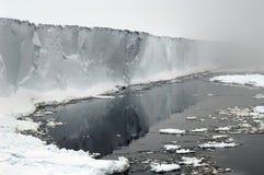 Mensola di ghiaccio antartica in foschie Immagine Stock