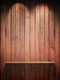 Mensola di legno sulla parete con indicatore luminoso superiore fotografia stock