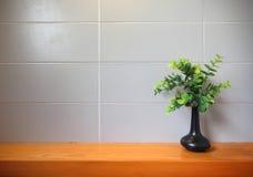 Mensola di legno sulla parete delle mattonelle. Immagine Stock