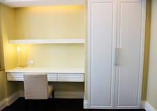 Mensola e tabella in camera da letto Immagine Stock