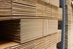 Mensole con il primo piano impaccante di carboard Fotografia Stock Libera da Diritti