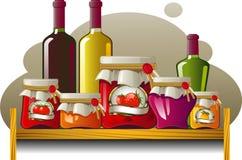 Mensole delle bottiglie e delle latte Fotografie Stock