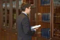 Mensole di libro e dell'uomo. Pensieri dell'ufficio Fotografia Stock