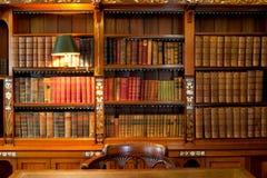 Mensole e tabella delle biblioteche Immagini Stock Libere da Diritti