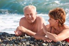 Mensonge âgé de paires sur Pebble Beach Image libre de droits