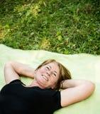 Mensonge aîné de sourire de femme extérieur Image stock