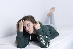 Mensonge adolescent de 15 ans sur son lit Photos libres de droits