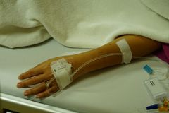 Mensonge au salin à l'hôpital image stock