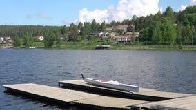 Mensonge blanc de canoë sur le pilier Lac Vanajavesi, Finlande banque de vidéos