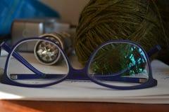 Mensonge bleu-foncé en verre sur la table Photo libre de droits