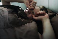 Mensonge caucasien offensé d'homme sur le lit et couverture lui-même avec la couverture Il est sur le point de pleurer Photo libre de droits