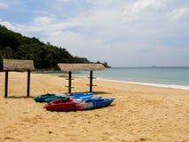 Mensonge coloré de canoë sur une belle plage tropicale et attendre des touristes photo libre de droits