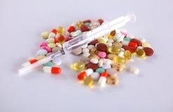 Mensonge coloré de pilules sur un cardiogramme de papier Image stock