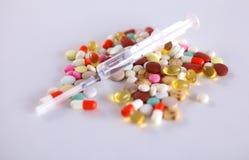 Mensonge coloré de pilules sur un cardiogramme de papier Photo libre de droits