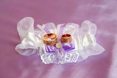 Mensonge d'anneaux de mariage sur les tissus admirablement embellis Image stock