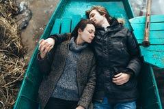 Mensonge d'homme et de femme dans le bateau images libres de droits