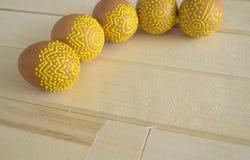 Mensonge d'oeufs de pâques sur une table en bois Oeufs bruns peints Photographie stock