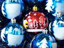 Mensonge d'ornements de Noël mais une pluie Image stock