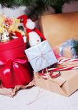Mensonge de cadeaux de Noël sous l'arbre de Noël Images libres de droits