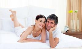 Mensonge de caresse de couples affectueux sur leur bâti Photo stock