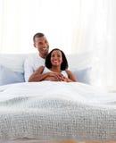 Mensonge de caresse de couples intimes sur leur bâti Photographie stock