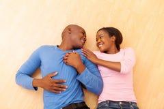 Mensonge de couples d'afro-américain Photographie stock