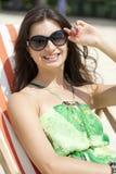 Mensonge de détente de belle femme sur un canapé du soleil Photographie stock
