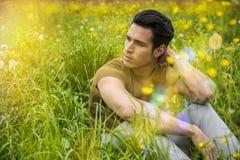Mensonge de détente de jeune homme beau convenable sur la pelouse Photographie stock libre de droits
