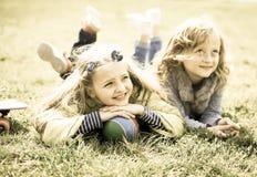 Mensonge de deux filles sur l'herbe Photographie stock libre de droits