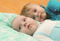Mensonge de deux frères sur le lit ensemble Photo libre de droits