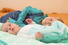 Mensonge de deux frères sur le lit ensemble Photographie stock