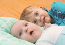 Mensonge de deux frères sur le lit ensemble Image libre de droits