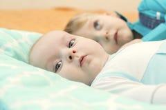 Mensonge de deux frères sur le lit ensemble Photos libres de droits