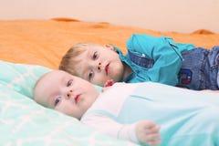 Mensonge de deux frères sur le lit ensemble Photo stock